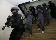 세계군인 육군5종 선수권대회에서 50사단 헌병특임대가 테러범을 진압하고 인질을 구출하고 있다