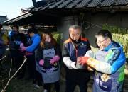 2.천년미래포럼사랑나눔행사,최양식 경주시장 연탈배달(오른쪽 두번째)