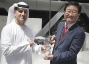 사진2. 20일 UAE 아부다비 ENEC 본사에서 모하메드 알 하마디 ENEC 사장이 조석 한수원 사장에게 운영지원계약(OSSA) 체결 기념선물을 증여하고 있다.