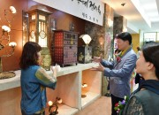이재춘 사장대행과 관계자들이 전통한지공예를 둘러보고 있다