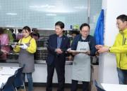 15일 문화엑스포 직원들이 경주시복지관에서 급식봉사를 하고 있는 가운데 윤병길 시의원(왼쪽 두번째)이 방문 이두환 사무처장(오른쪽 두번째)과 함께 급식을 하고 있다.