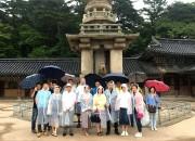 산둥성 관계자들이 불국사 다보탑에서 기념 촬영