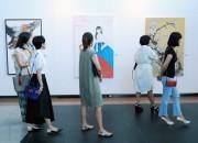 22일 경주엑스포 문화센터에서 개막한 '예술愛 꿈을 담다-포항예고 미술특별전'. 관람객들이 작품들을 둘러보고 있다4