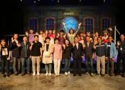수원시의회 의원 및 공무원들이 17일 경주엑스포공원을 벤치마킹 차 방문했다. 플라잉 공연을 관람후 배우들과 기념촬영을 하고 있다.
