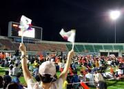 2. 1일 경주시민운동장에서 3천여명의 시민이 운집해 한일 축구결승전 승리를 기원하고 있다.