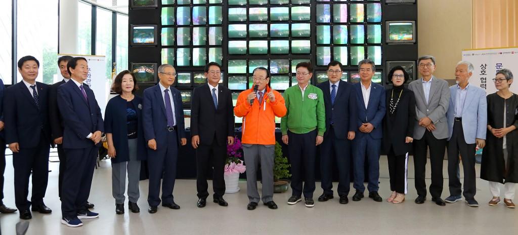 업무 협약식 후 일일촌장으로 임명된 이순재 신분당선 문화위원회 위원장이 이야기를 하고 있다.