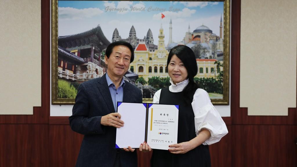 경주엑스포는 8일 한복 디자이너이자 문화계 명사인 이효재(오른쪽)씨를 자문위원으로 위촉했다