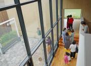 지난 1일 경주엑스포 솔거미술관을 방문한 관광객들이 제3전시실 내가 풍경이 되는 창에서 사진 촬영을 위해 대기하고 있다